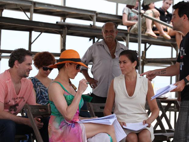 Dan Stulbach, Julia Lemmertz, Christiane Torloni e Lilia Cabral ensaiam com o diretor Marco Rodrigo (Foto: Fina Estampa/TV Globo)