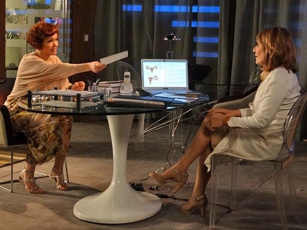 Esther entrega fichas dos doadores escolhidos  (Foto: Fina Estampa/ TV Globo)