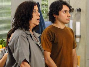 Eveva e o funcionário Bitola (Foto: Aquele Beijo/TV Globo)