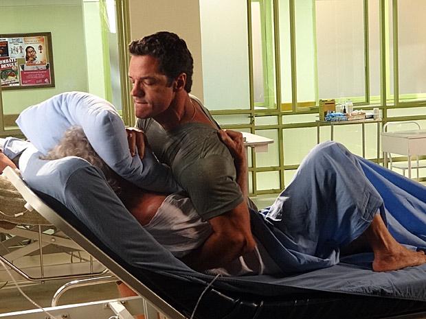 Ferdinand sufoca Pereirinha com um travesseiro (Foto: Fina Estampa / TV Globo)