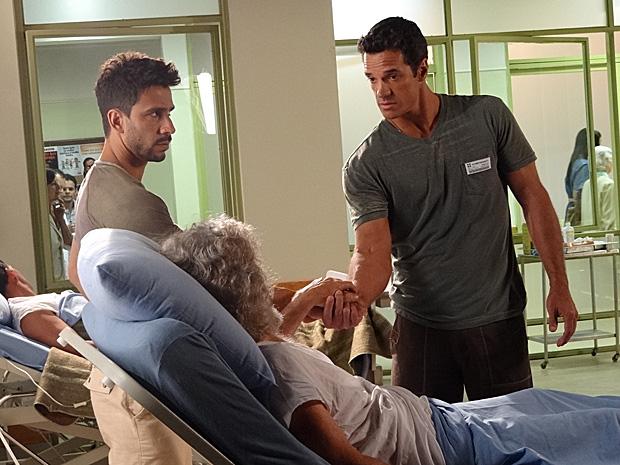 Ferdinand, Pereirinha e Enzo se aliam para botarem a mão em tesouro (Foto: Fina Estampa / TV Globo)