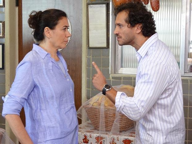 Guaracy diz que não quer ser só amigo de Griselda (Foto: Fina Estampa / TV Globo)