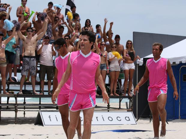 Marcelo Serrado grava cenas do jogo de vôlei com figurino rosa (Foto: Fina Estampa/TV Globo)
