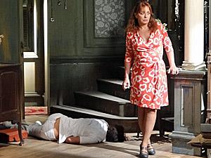 Olga vê Ricardo caído no chão (Foto: Aquele Beijo/TV Globo)