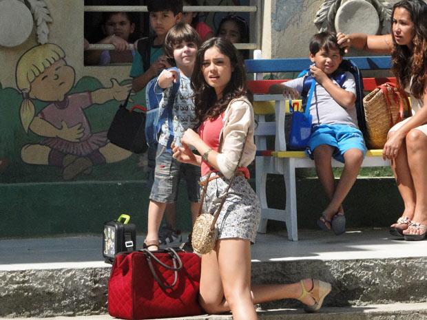 Ao lado de Amália, o menino grita pela mãe  (Foto: Fina Estampa/TV Globo)