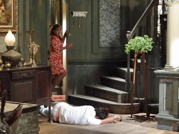 Ricardo cai da escada do Lar da Mão Aberta (Foto: Aquele Beijo/TV Globo)