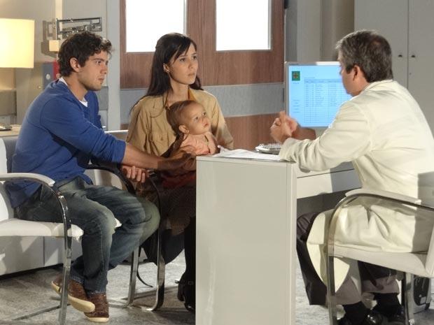 Por um descuido, Júlia engole moeda e Rodrigo fica apavorado  (Foto: A Vida da Gente/TV Globo)