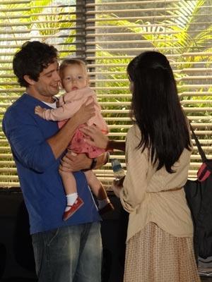 Aliviado, o pai da menina chora na frente de Manuela (Foto: A Vida da Gente/TV Globo)