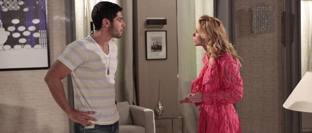 Wallace e Teodora discutem depois que a loira chora ao ver filho (Foto: Fina Estampa/TV Globo)