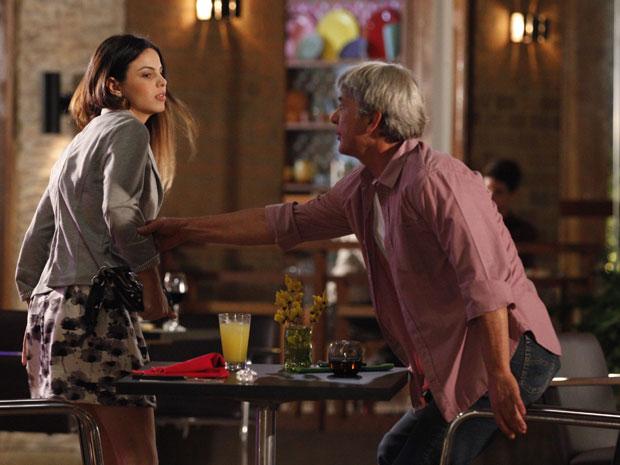 Alice encontra suposto pai biológico e leva cantada (Foto: A Vida da Gente - Tv Globo)