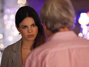Irritada, Alice manda o impostor se tratar (Foto: A Vida da Gente - Tv Globo)