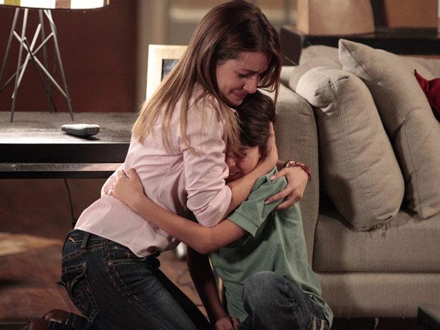Emocionada, Beatriz tenta consolar Pedro Jorge (Foto: Fina Estampa / TV Globo)