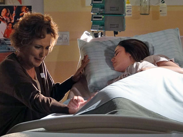 Ana aperta a mão de Eva e a enche de esperança (Foto: A Vida da Gente/TV Globo)