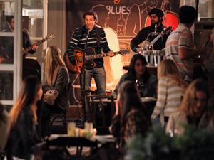 Felipe canta música às amigas (Foto: A Vida da Gente/TV Globo)