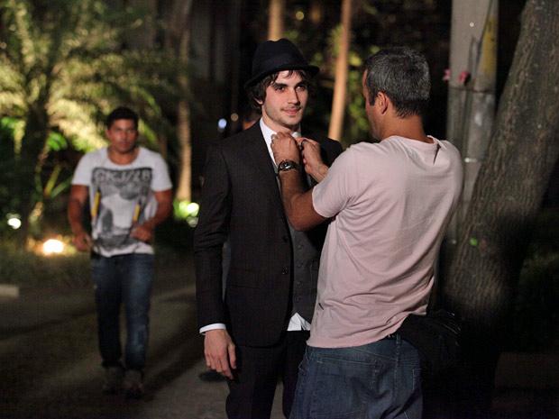 Fiuk recebe um último toque para ajeitar a gravata (Foto: Aquele Beijo/TV Globo)