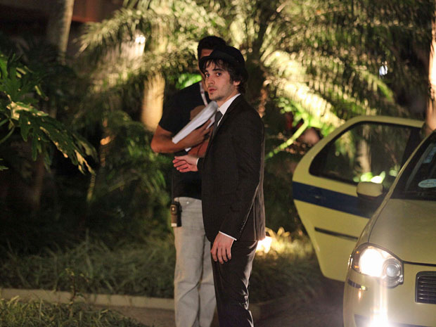 Fiuk salta de táxi na Lagoa (Foto: Aquele Beijo/TV Globo)