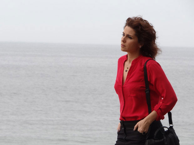 Giovanna Antonelli grava cena como Claudia na praia do Arpoador (Foto: Aquele Beijo/ TV Globo)