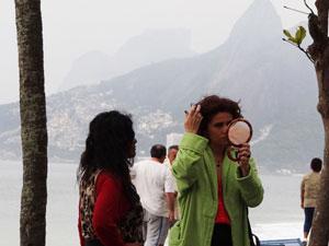 Ela dá último retoque no visual (Foto: Aquele Beijo/ TV Globo)
