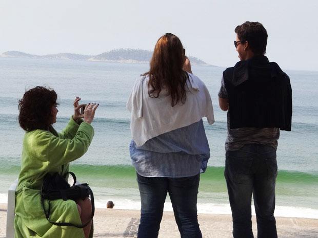 A atriz aproveita um intervalo da gravação para fotografar (Foto: Aquele Beijo/ TV Globo)