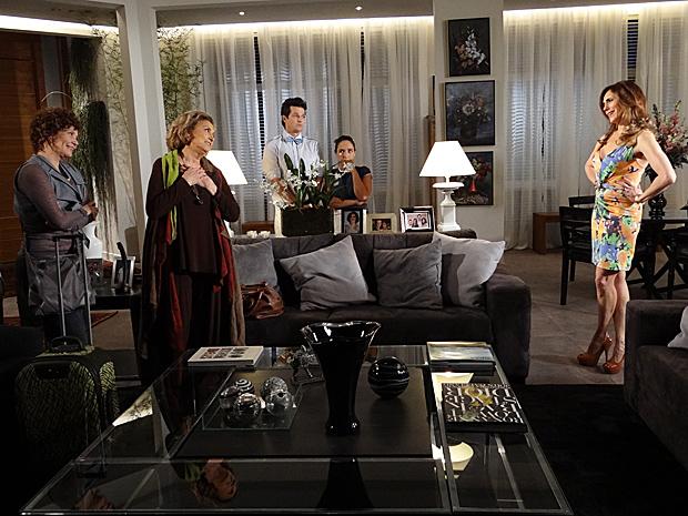 Íris e Alice chegam de mala e cuia na mansão Velmont (Foto: Fina Estampa / TV Globo)