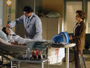 Lúcio examina Ana, acompanhado de perto por Eva (Foto: A Vida da Gente - Tv Globo)