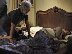 Pescador tenta se deitar ao lado da ex-mulher (Foto: Fina Estampa/ TV Globo)