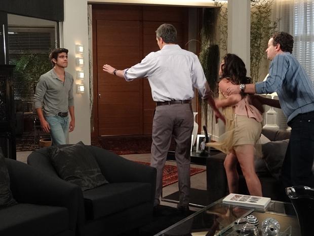 Patrícia parte para cima de Antenor (Foto: Fina Estampa / TV Globo)