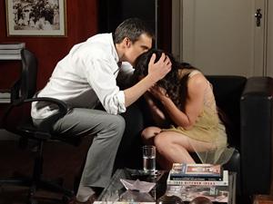Renê consola a filha (Foto: Fina Estampa / TV Globo)