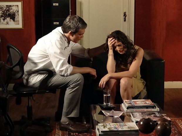 Patrícia chora ao contar para o pai que está grávida (Foto: Fina Estampa / TV Globo)