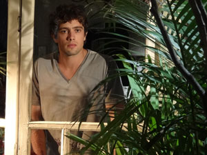 Rodrigo espia Manu da janela (Foto: A Vida da Gente - Tv Globo)
