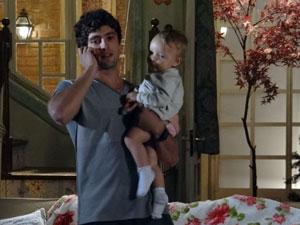 Rodrigo liga para Manu e diz que Júlia está doente (Foto: A Vida da Gente - Tv Globo)
