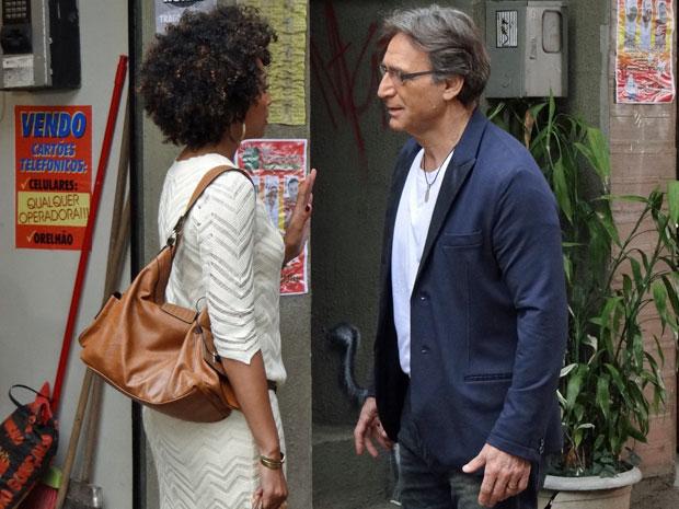 Sarita não quer ver Alberto a procurando no Covil do Bagre (Foto: Aquele Beijo/TV Globo)