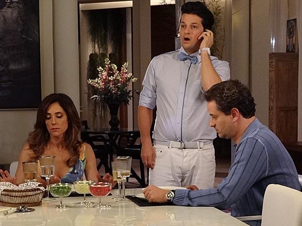 Crô fica chocado com o que ouve pelo telefone (Foto: Fina Estampa / TV Globo)