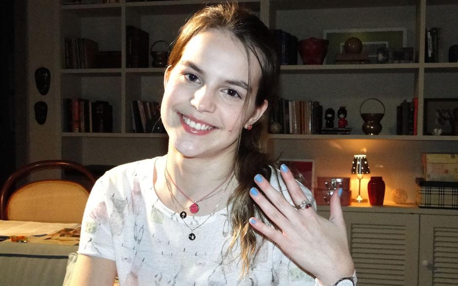 Jovem e descolada, Carolina gosta de pintar as unhas de azul claro