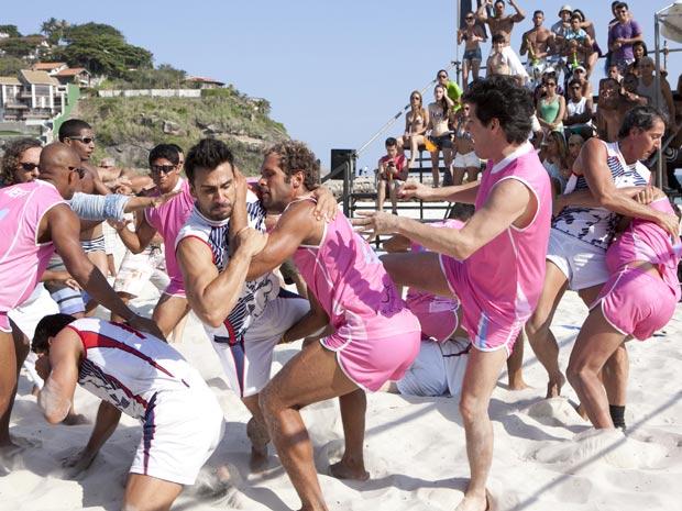 Times dos fortões e das fortonas trocam socos e pontapés na praia (Foto: Fina Estampa/TV Globo)