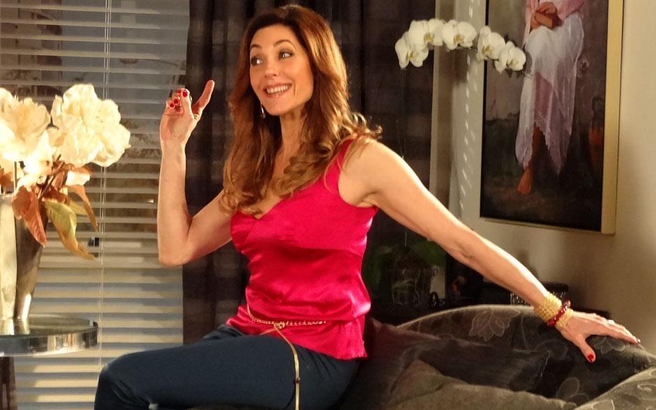 A Rainha do Nilo Tereza Cristina mostra seu poder com as unhas vermelho vinho
