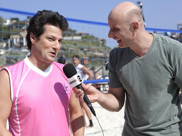 O apresentador se divertiu ao entrevistar Marcelo Serrado, intérprete de Crô (Foto: Fina Estampa/TV Globo)