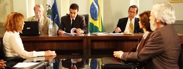 Danielle e Celina discutem na frente do juiz (Foto: Fina Estampa/TV Globo)