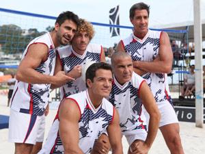 Antes da briga, o time da galera da praia comemora a vitória (Foto: Fina Estampa/TV Globo)
