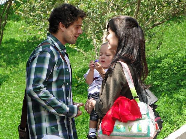 Manu e Rodrigo não querem se separar de Júlia (Foto: A Vida da Gente / TV Globo)