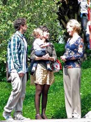 Atenciosos, eles visitam a creche e conversam com diretora (Foto: A Vida da Gente / TV Globo)