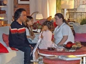 Marcos sente o baque (Foto: A Vida da Gente / TV Globo)