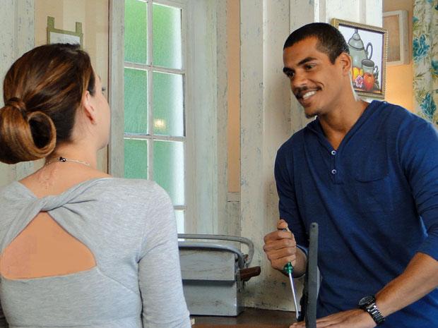 Matias e Lorena se entende muito bem (Foto: A Vida da Gente / TV Globo)