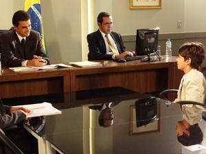 Pedro conversa com o juiz (Foto: Fina Estampa/TV Globo)