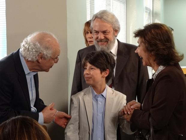 Pedro Jorge comemora com os avós após a decisão do juiz (Foto: Fina Estampa/TV Globo)