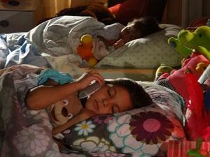 Sofia pega no sono enquanto Marcos conta uma história pelo telefone (Foto: A Vida da Gente - Tv Globo)