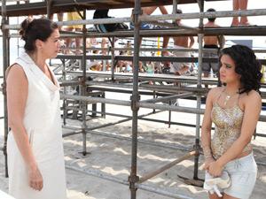 Griselda convence a jovem a cantar (Foto: Fina Estampa/TV Globo)