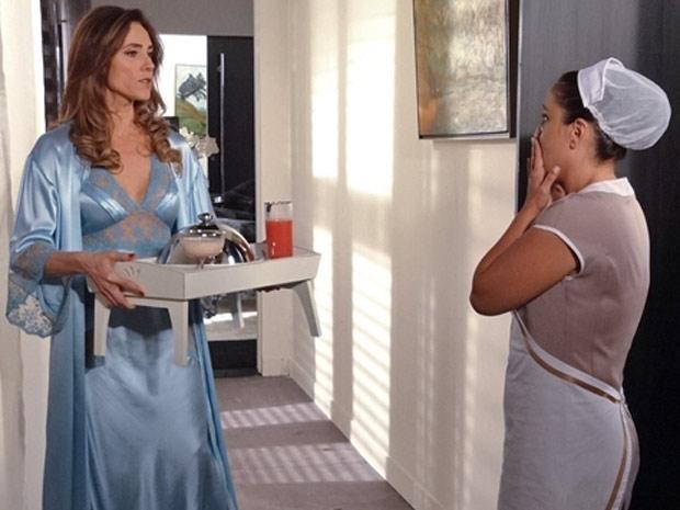 Diante do olhar da patroa, Marilda percebe que falou demais (Foto: Fina Estampa / TV Globo)