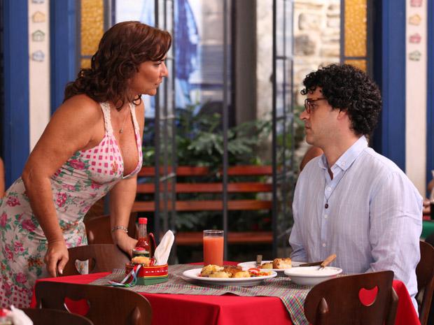 Joselito fica encantado com Amália (Foto: Aquele Beijo/TV Globo)