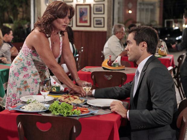 Amália aconselha Vicente a dar outra chance para Lucena (Foto: Aquele Beijo/TV Globo)
